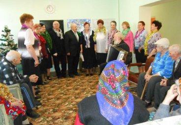 Песнями радовал пожилых людей коллектив «Огни над Шелонью»